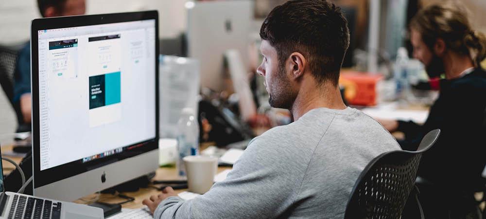 Millennial working remote télétravail temps partiel open space PME