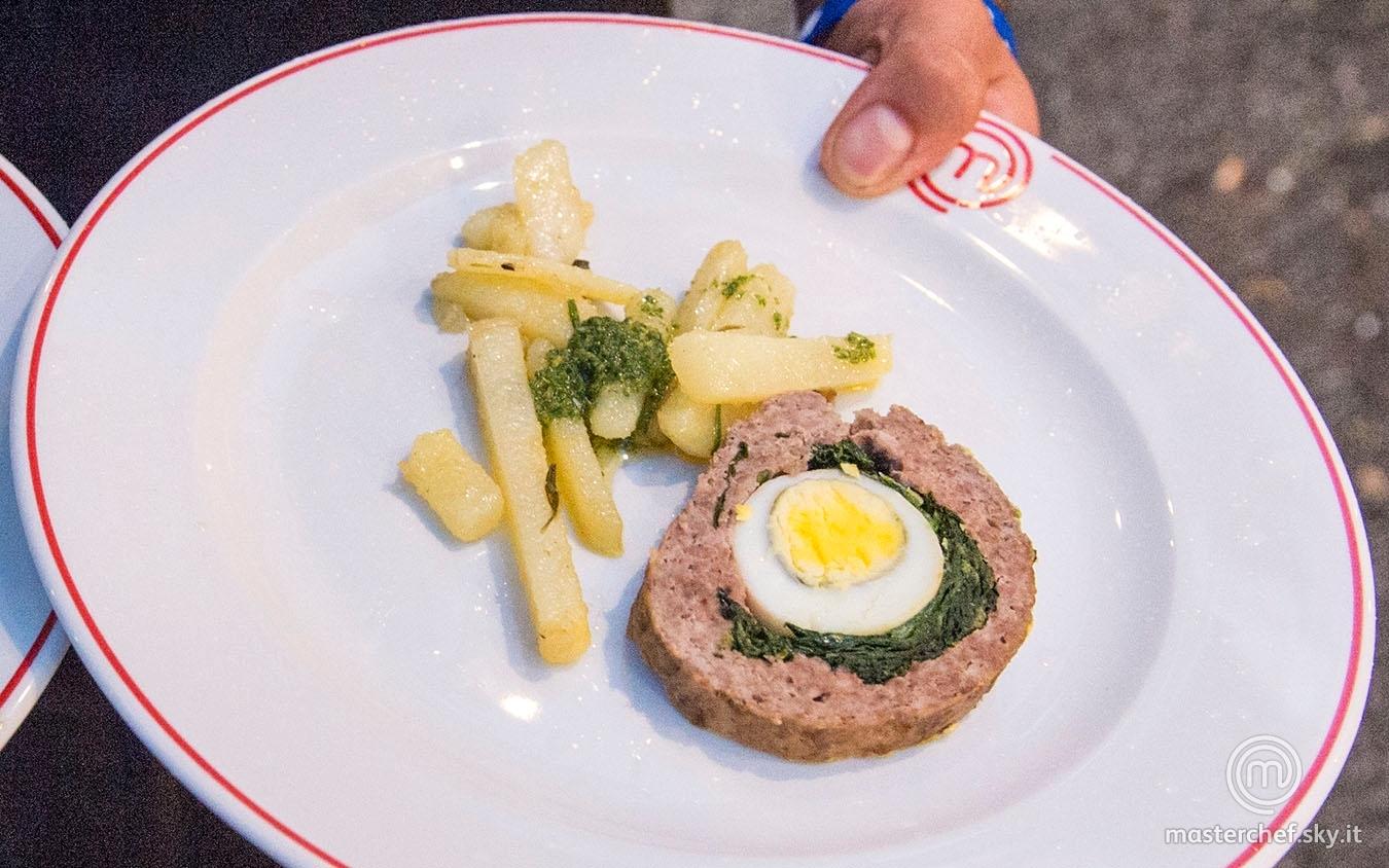 Polpettone farcito con uova e spinaci e patate saltate