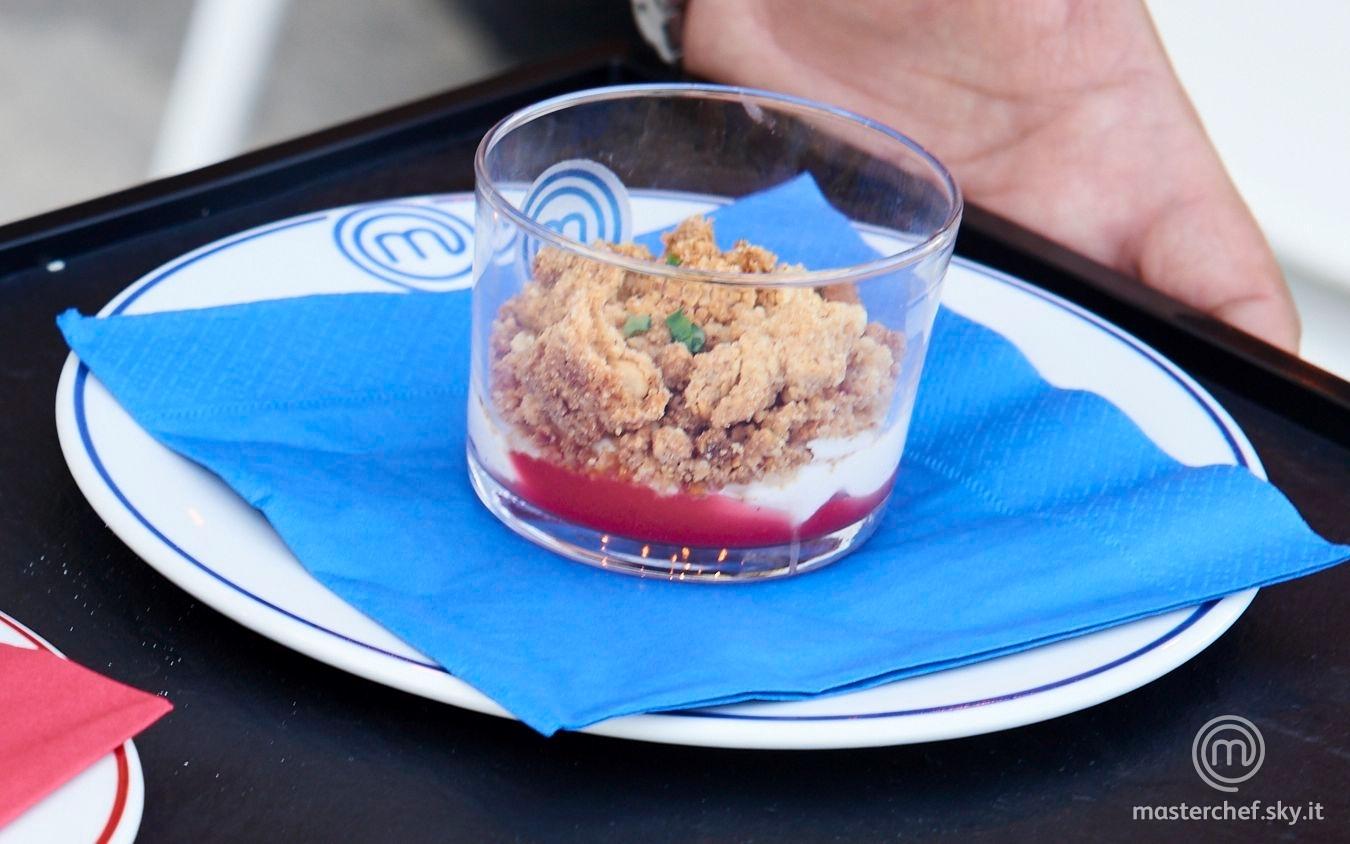 Cheesecake al contrario con crumble alle nocciole, mousse ricotta e mascarpone e crema di fragole al basilico