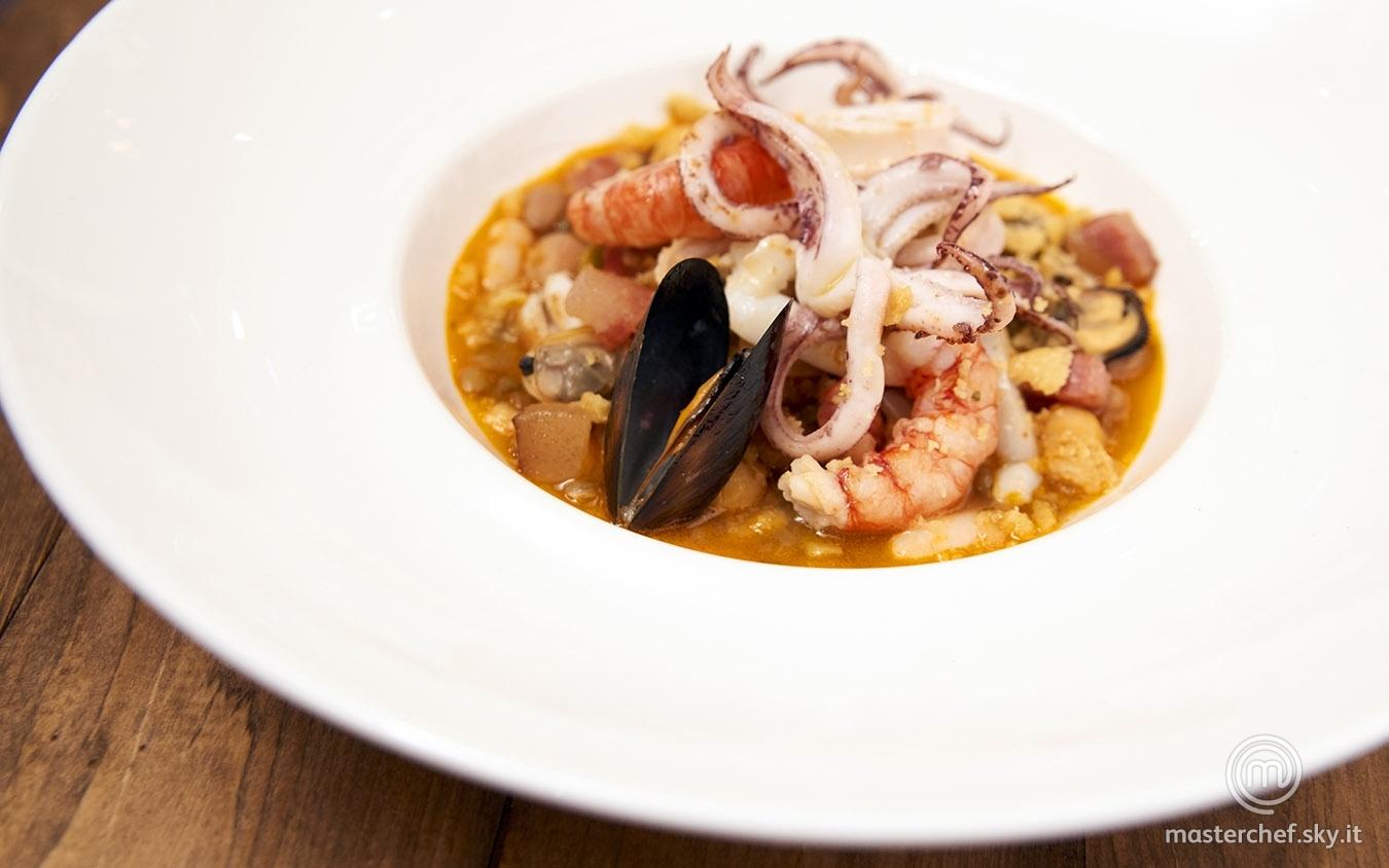 Zuppa del frantoio con insalata di scoglio, guanciale croccante e polvere di taralli
