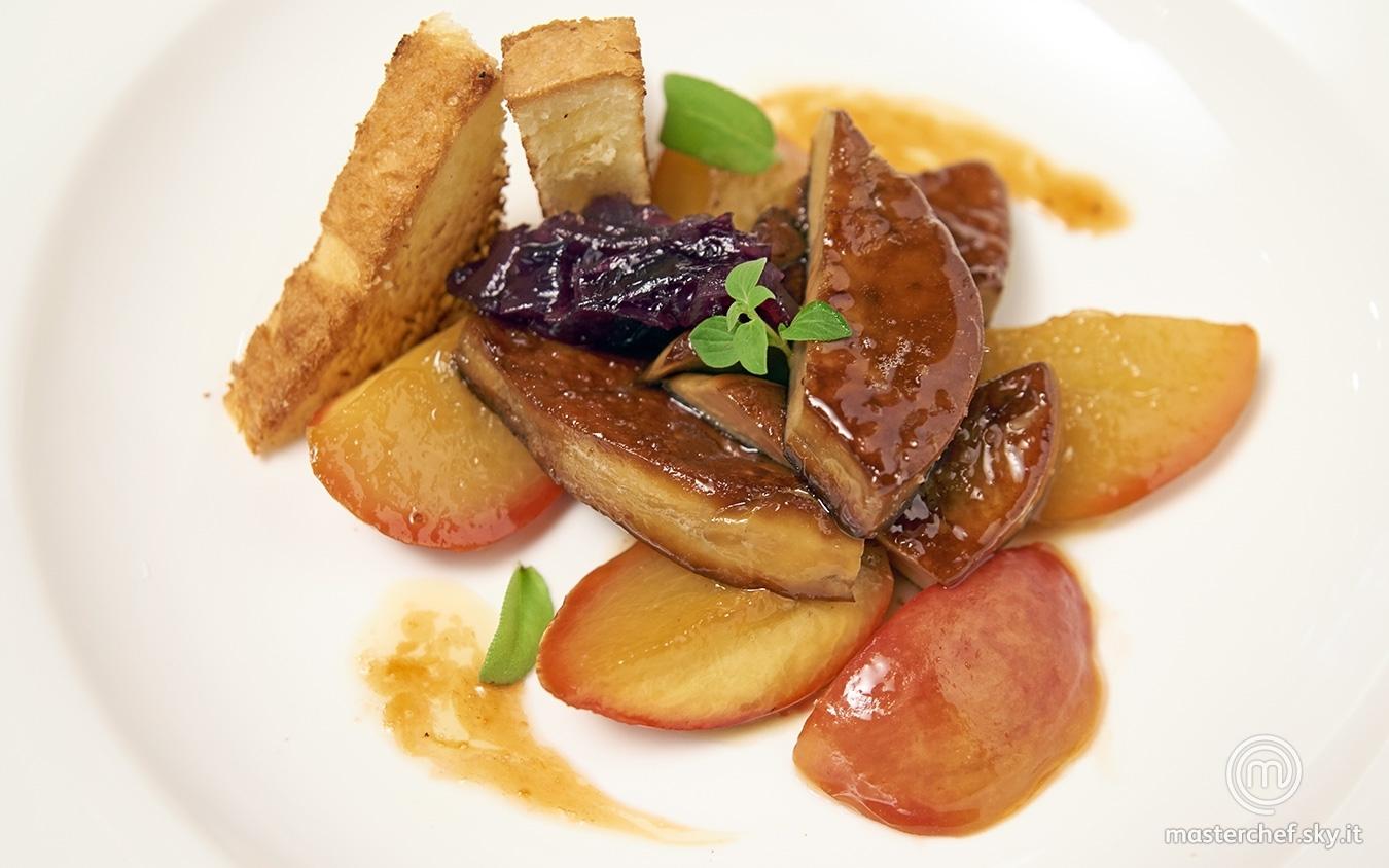 Foie gras con pesche caramellate e pan brioche