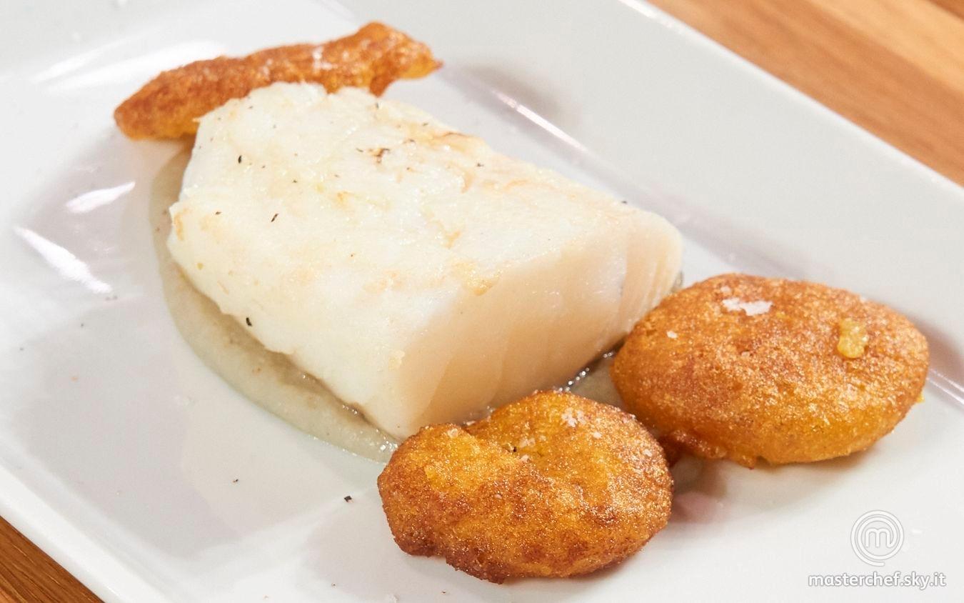 Filetto di baccalà con crema di fagioli alla spirulina e frittelle di cavolfiore