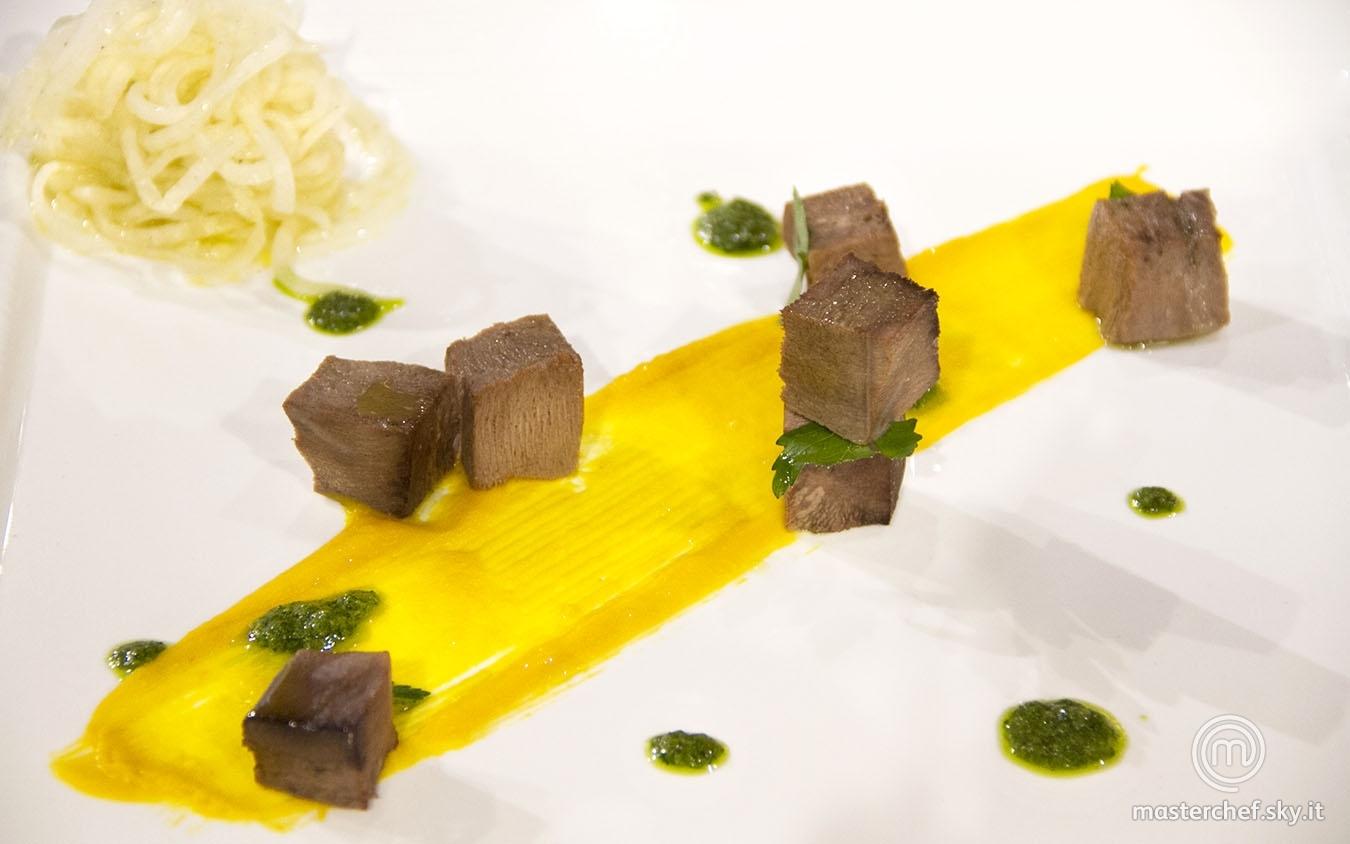 Lingua di maiale con salsa verde, daikon e vellutata di zucca piccante