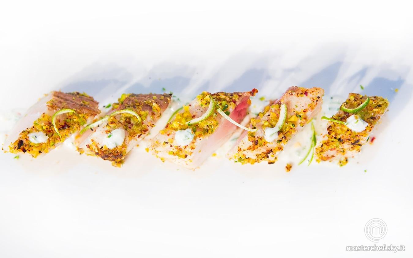 Storione in crosta di pistacchio su salsa di yogurt