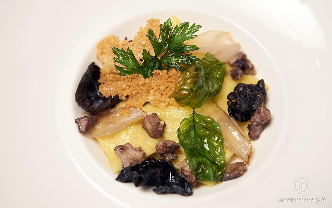 Quadretti ripieni di croste di parmigiano e crema di patate con ragù bianco e funghi