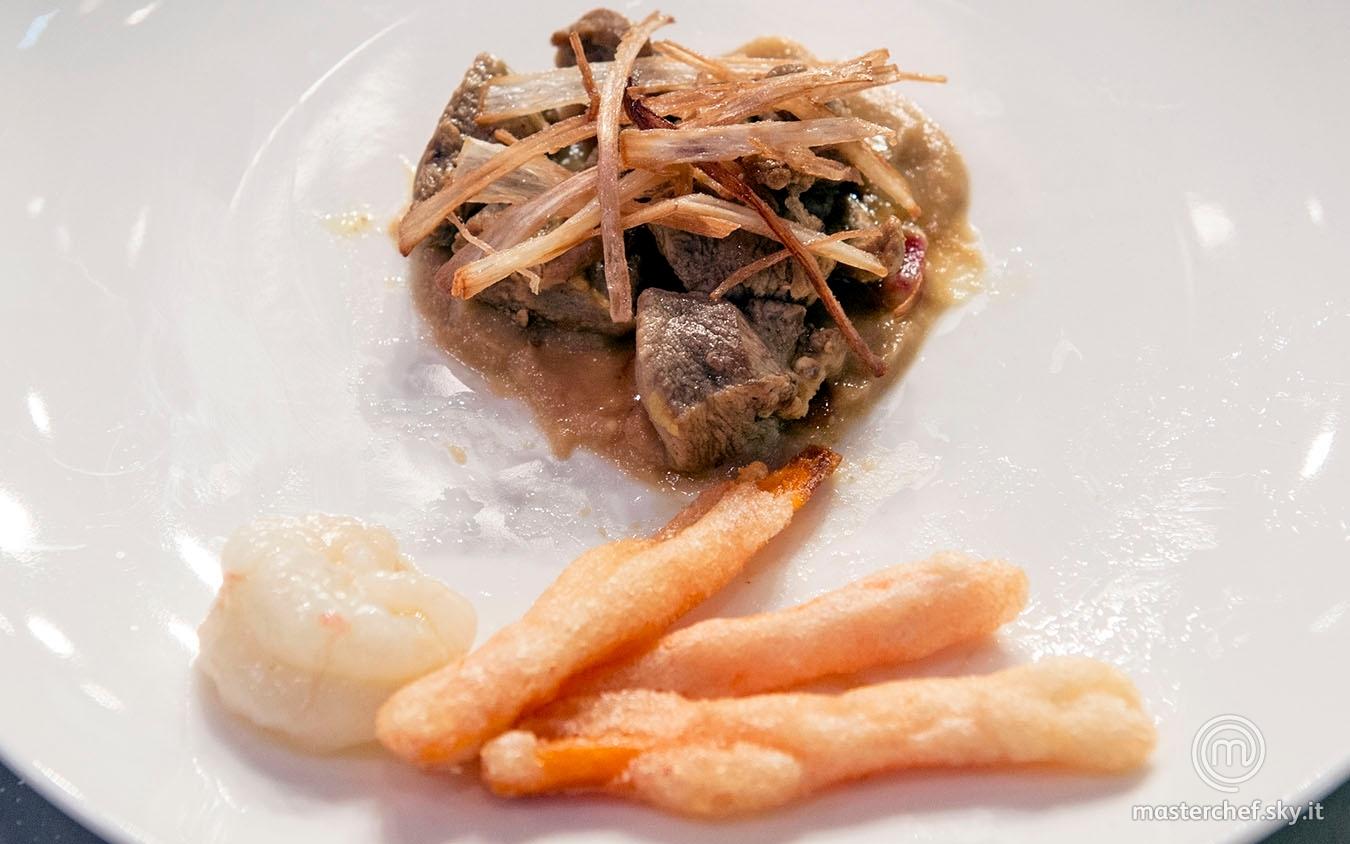 Spezzatino d'anatra alla curcuma con salsa al guacamole, cipollotto fritto, carote in pastella e scapo marinato e a