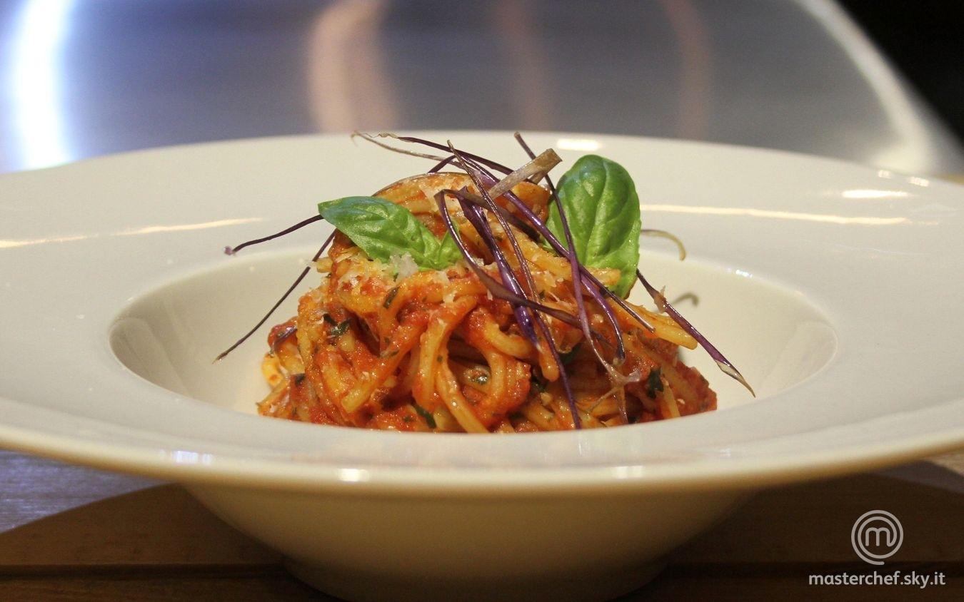 Spaghetti al pomodoro con melanzane fritte