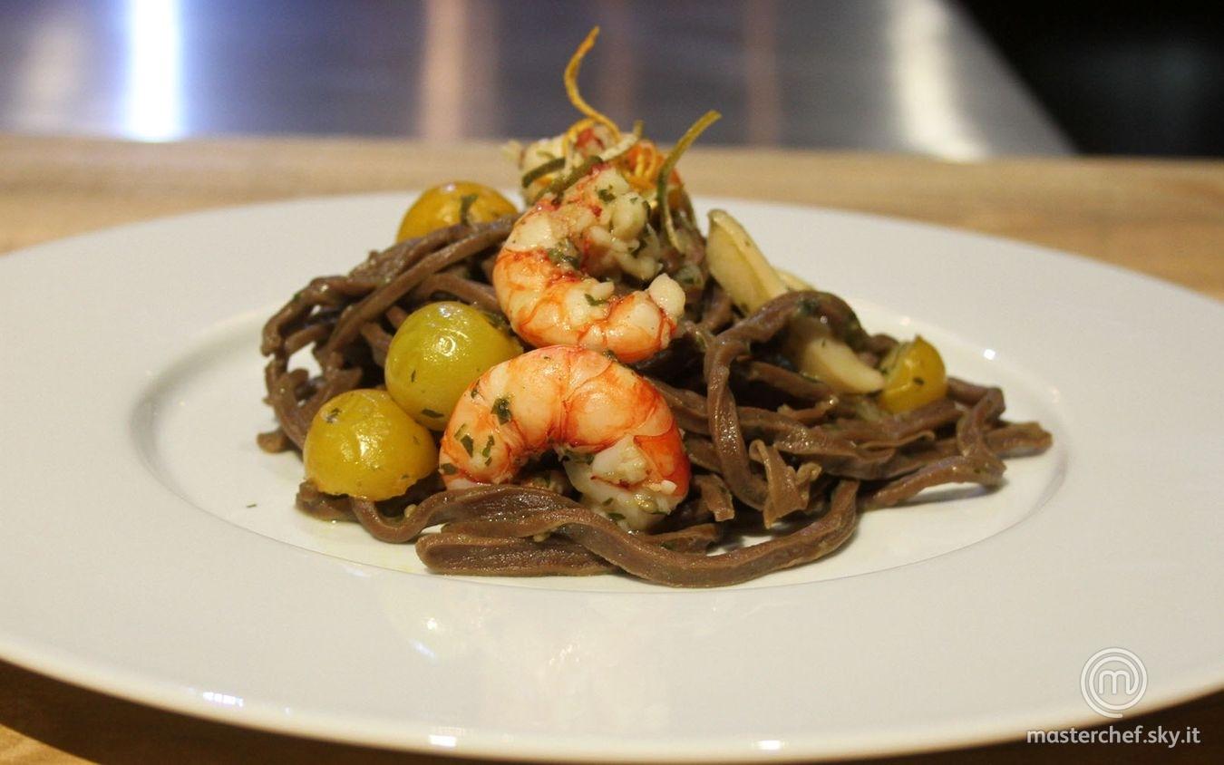 Spaghetti al cioccolato con sugo di pesce e agrumi essiccati