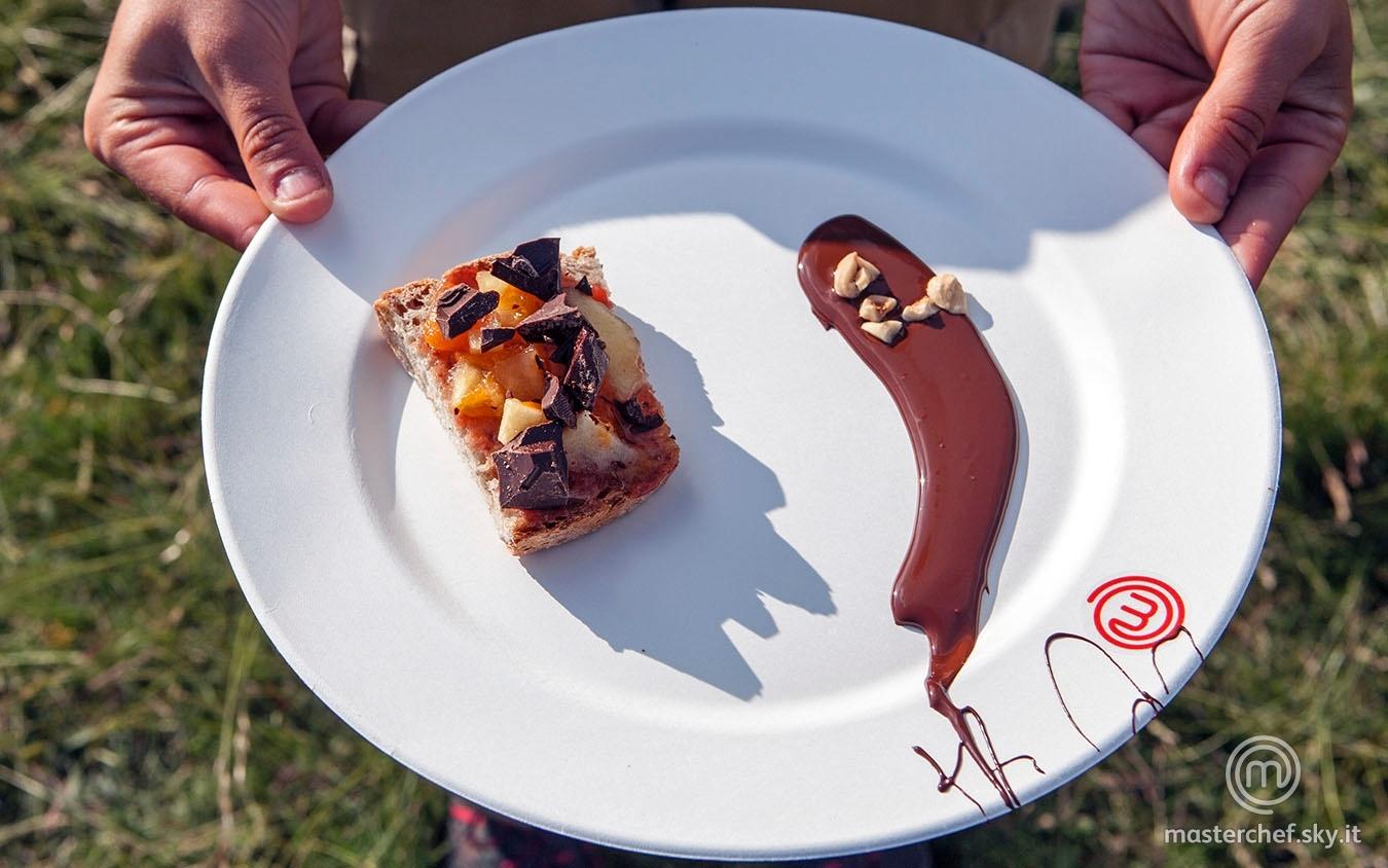 Bruschetta dolce con confettura e glassa di cioccolato fondente