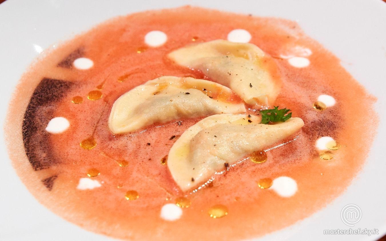 Ravioli con percebes e mango in acqua di pomodoro