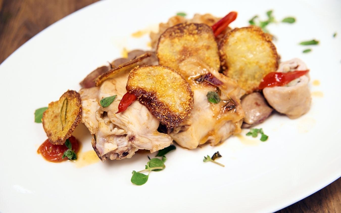Coniglio all'ischitana con involtini alle erbe aromatiche e patate al forno