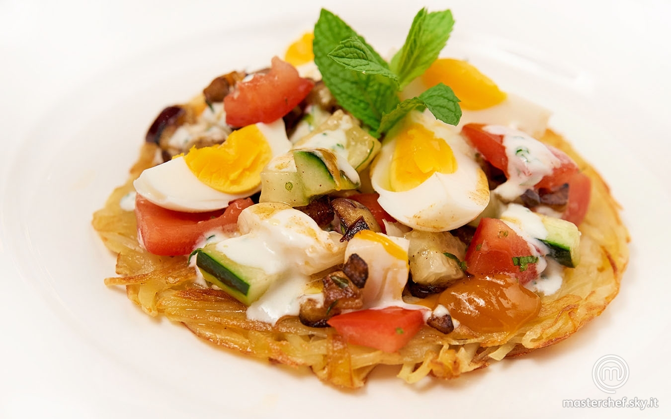 Torta di patate e melanzane con insalata di verdure al sapore di spezie