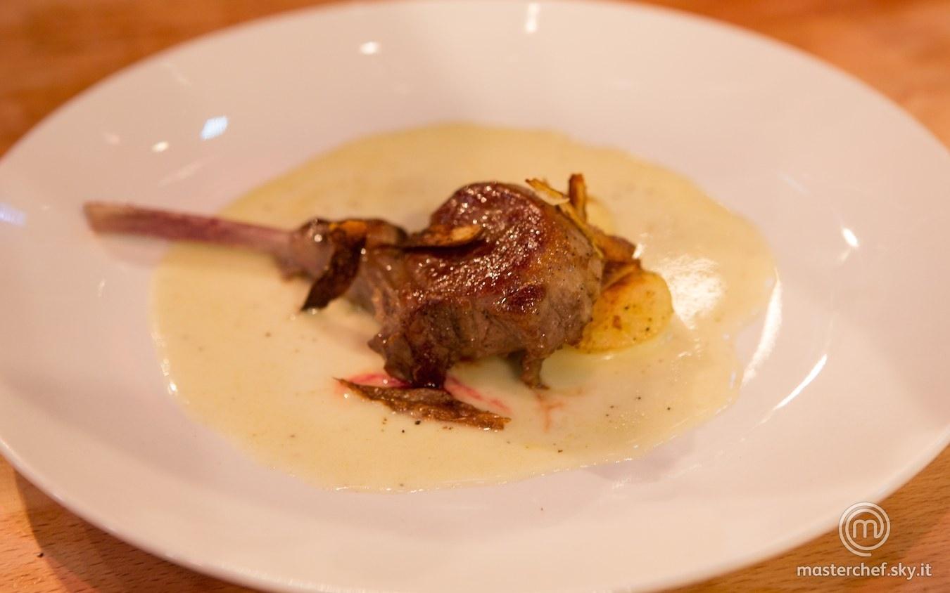 Agnello rosolato su salsa di tomino con patate saltate e bucce croccanti