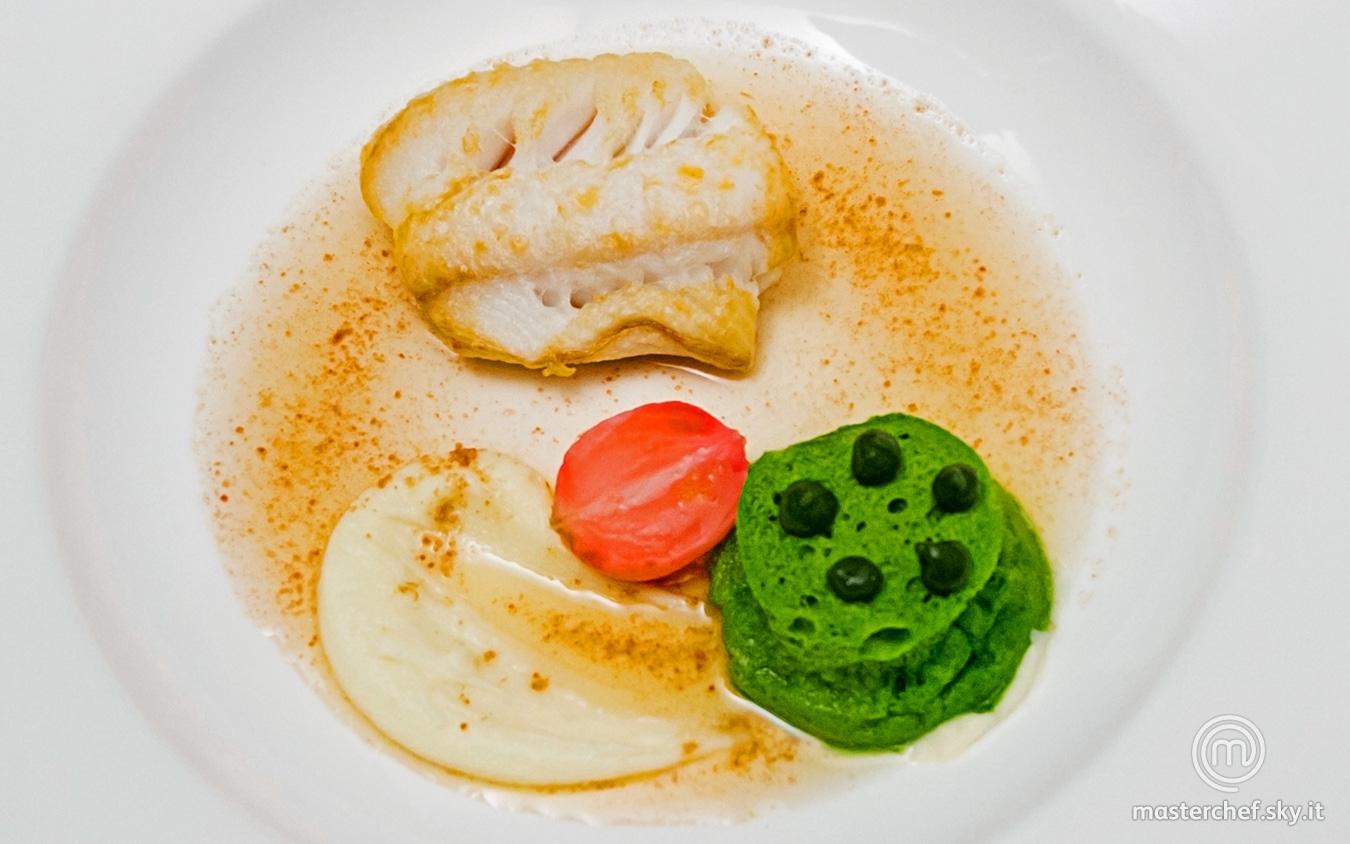 Brodo di prosciutto crudo, merluzzo arrosto, purè di patate all'olio extravergine di oliva, pane al prezzemolo e ravanello in agrodolce