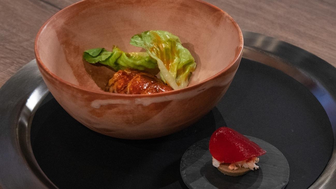 Astice con fagioli, salsa al guanciale e tortino moin-moin con insalata di astice e rapa in infusione di ibisco