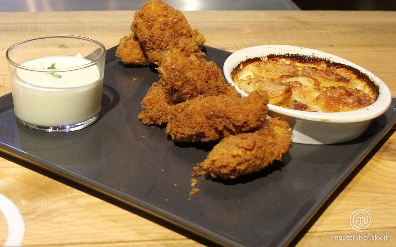 Pollo fritto con patate al forno e panna acida