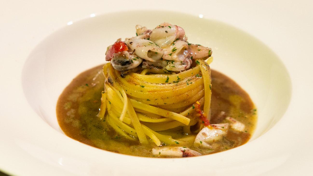 Linguine con calamaretti spillo e salsa al pane di segale