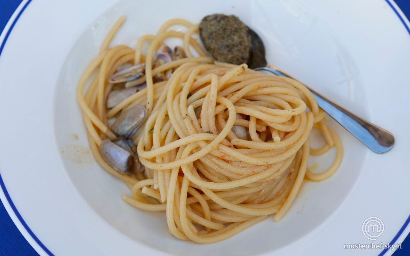 Spaghettoni con telline e salsa tapenade
