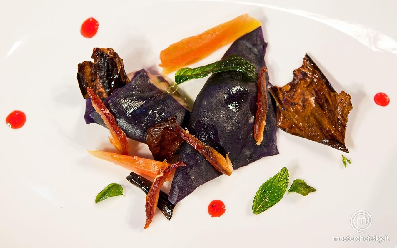 Ravioli di cavolo viola con paté di fegato e frutta fresca