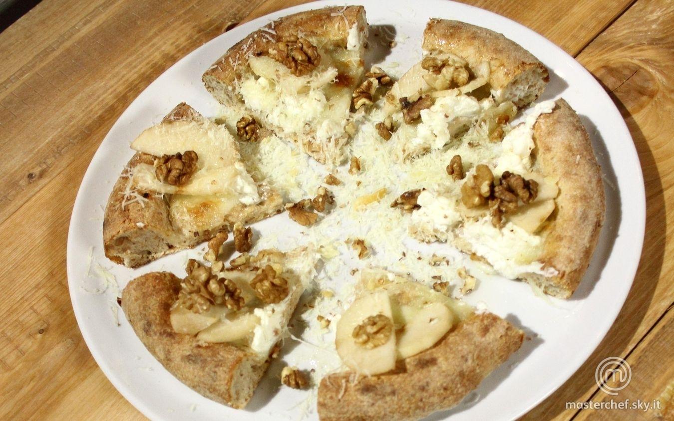 Pizza senza lieviti con mozzarella, miele di castagno e pere abate