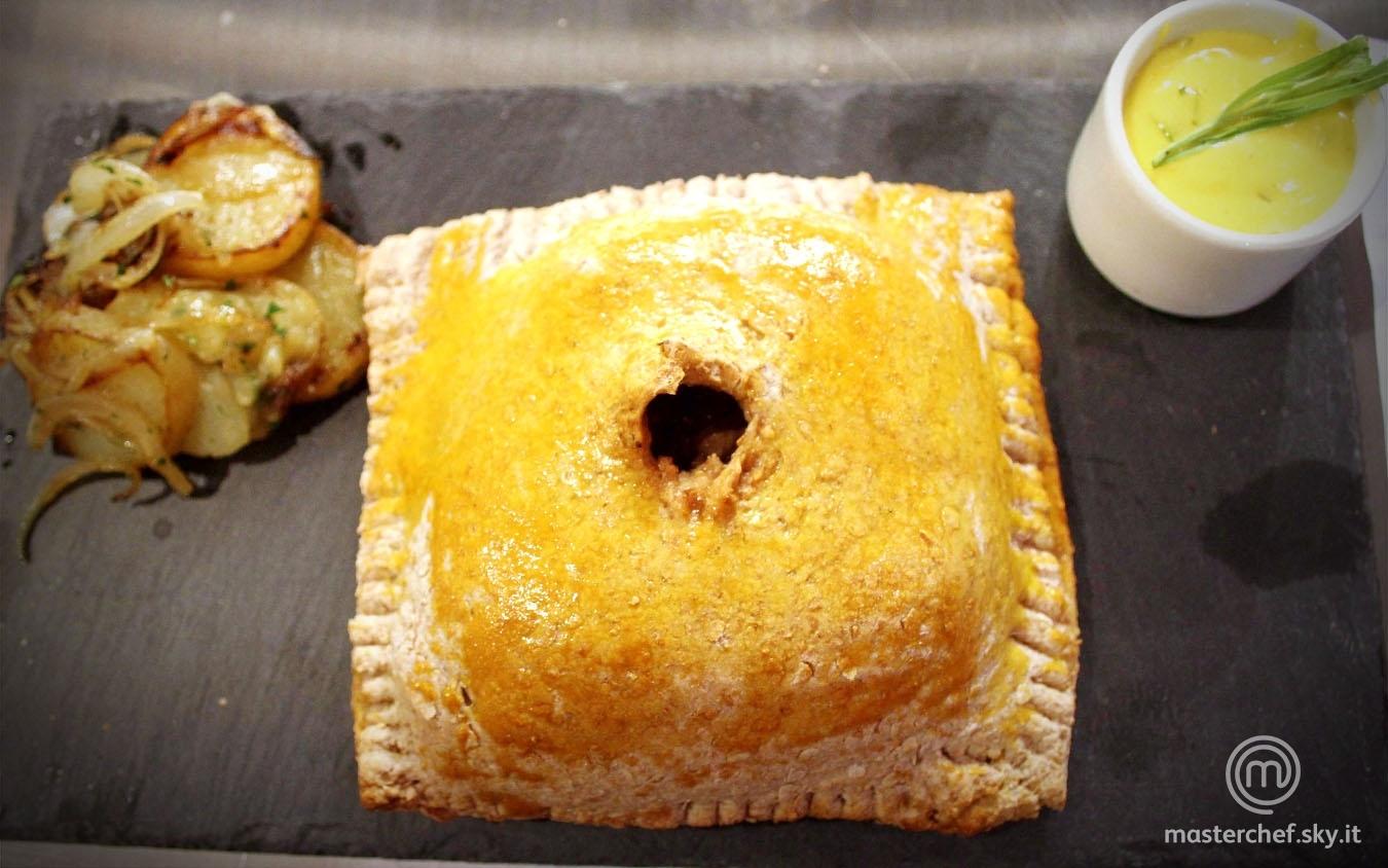 Filetto di maiale in crosta di pane integrale, salsa bernese e patate alla lionese
