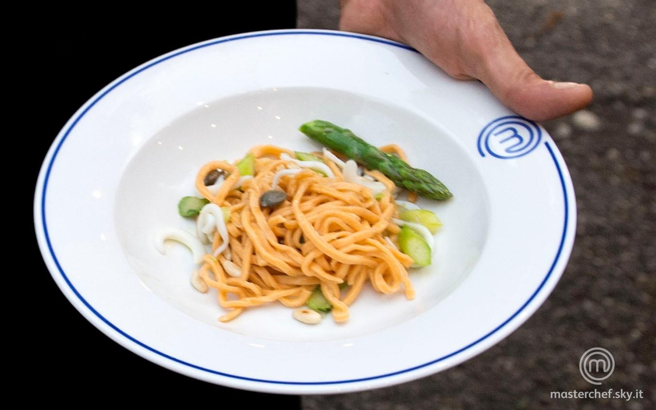 Spaghetti alla chitarra con impasto al pomodoro e peperoncino con salsa di seppie, asparagi e pinoli