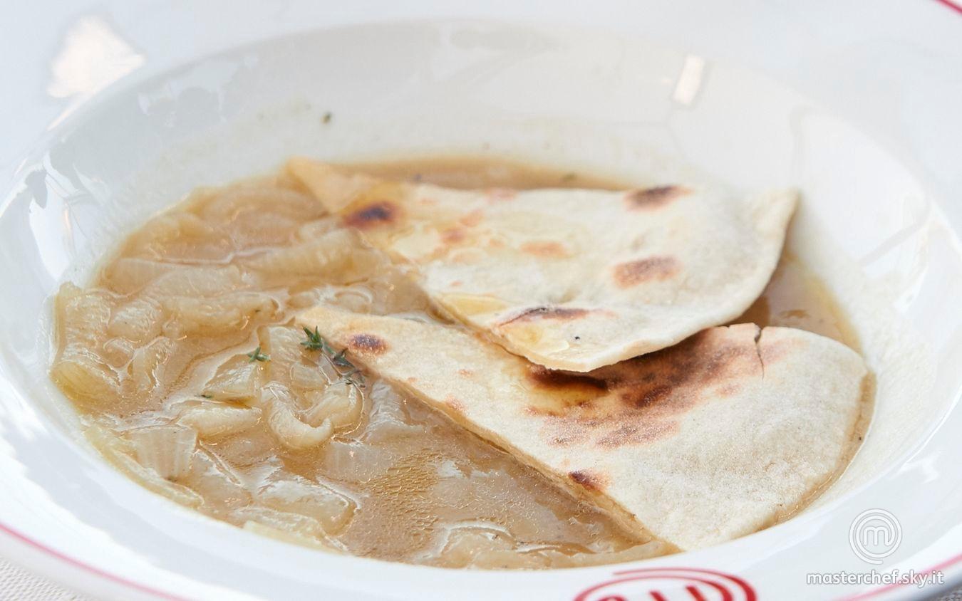 Zuppa di cipolle con focaccia della consacrazione