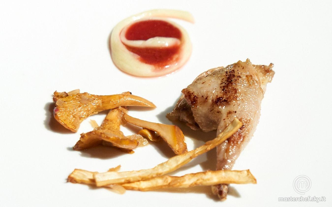 Quaglia ai frutti rossi con finferli, chips di sedano rapa e scamorza affumicata