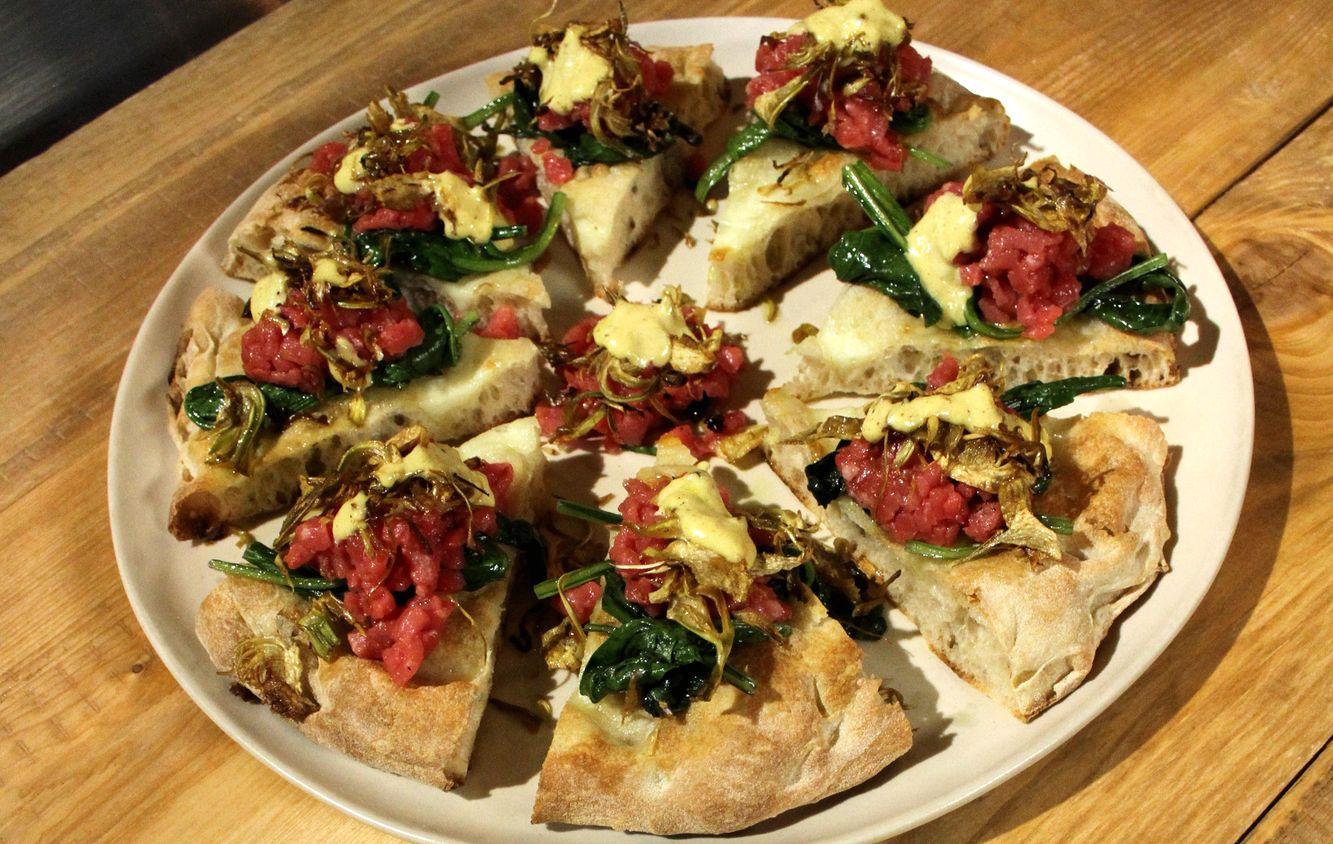 Pizza con battuta di manzo, biete e maionese alla nocciola