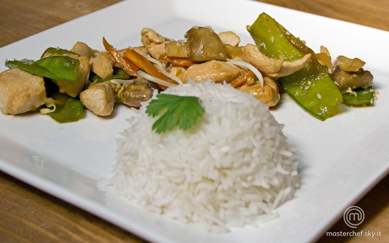 Pollo saltato con verdure e riso pilaf al vapore