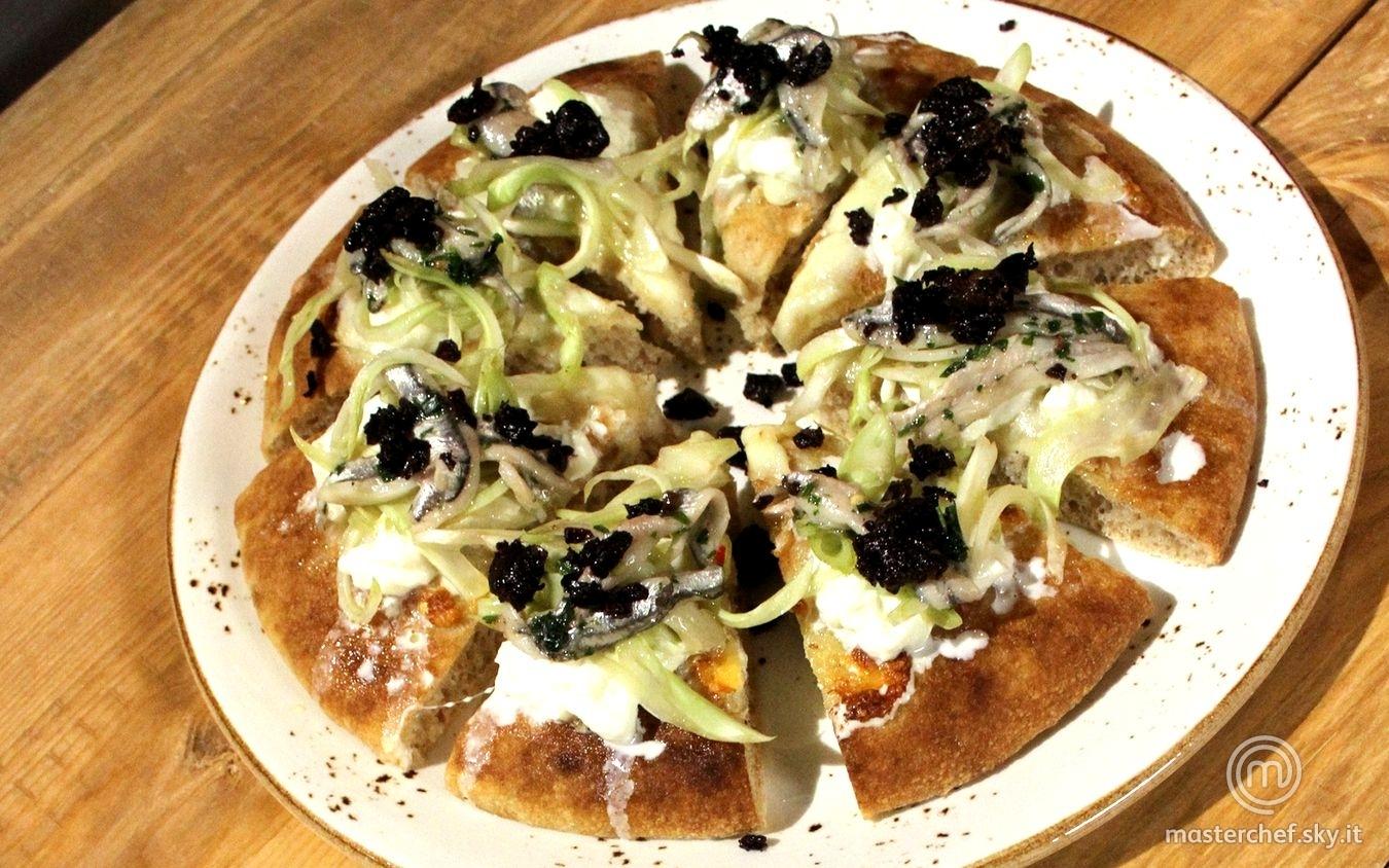 Pizza di farina monococco con mozzarella, puntarelle, alici e olive