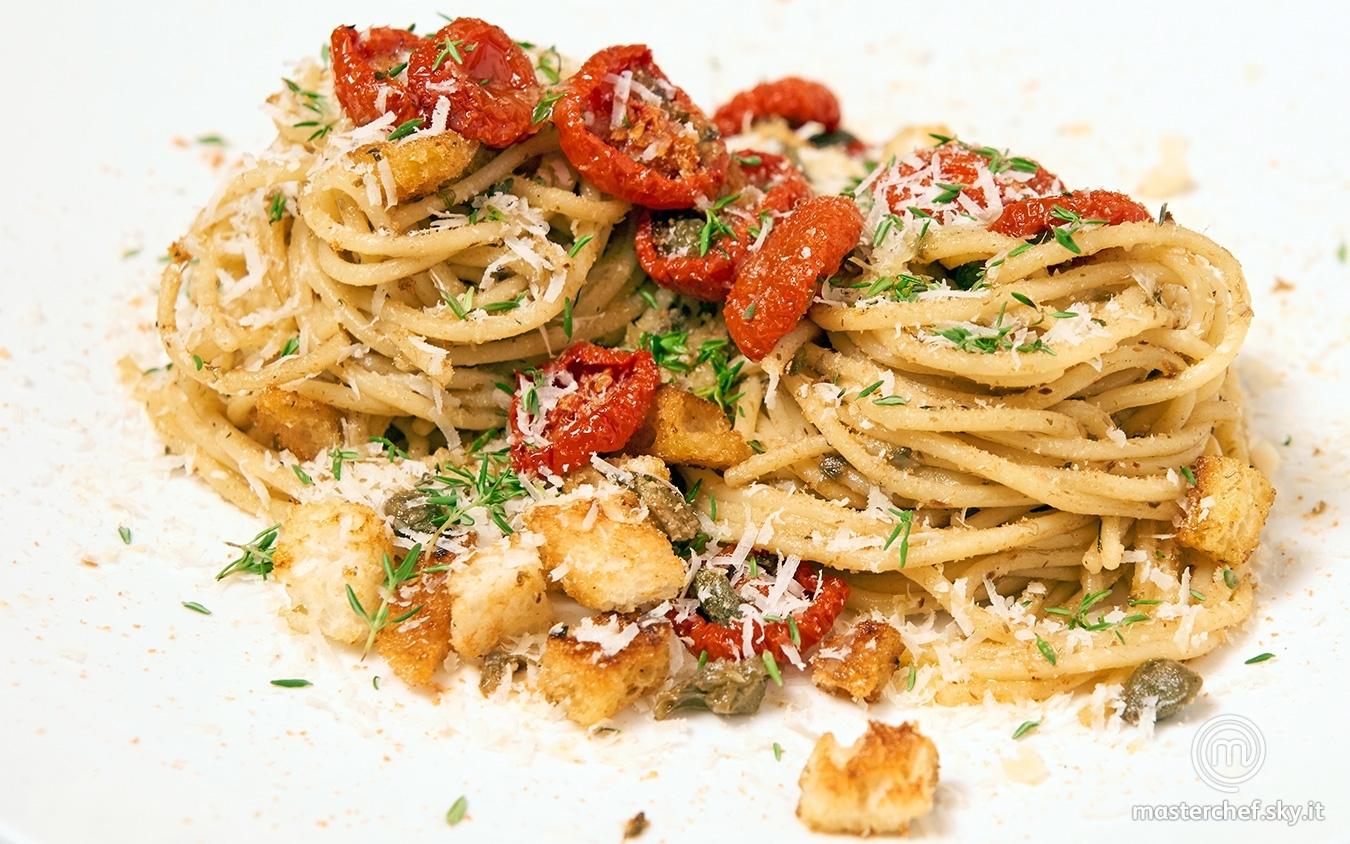 Spaghetti con acciughe, capperi e pane raffermo