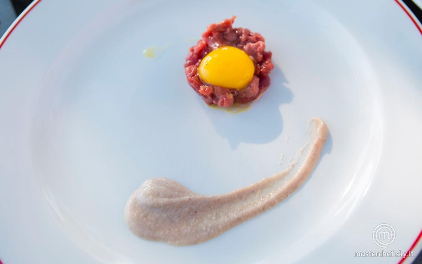 Tartare di fassona con tuorlo di quaglia e salsa alle castagne