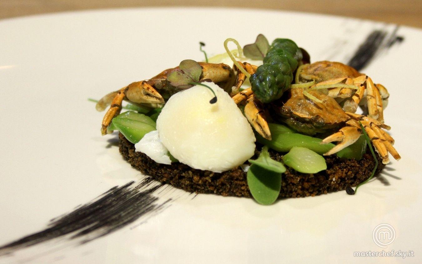 Moeche con crumble al nero di seppia, asparagi e uova di quaglia