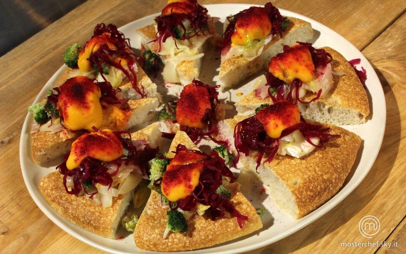 Pizza con cottura a vapore con robiola, crema di carote e zenzero e verdure