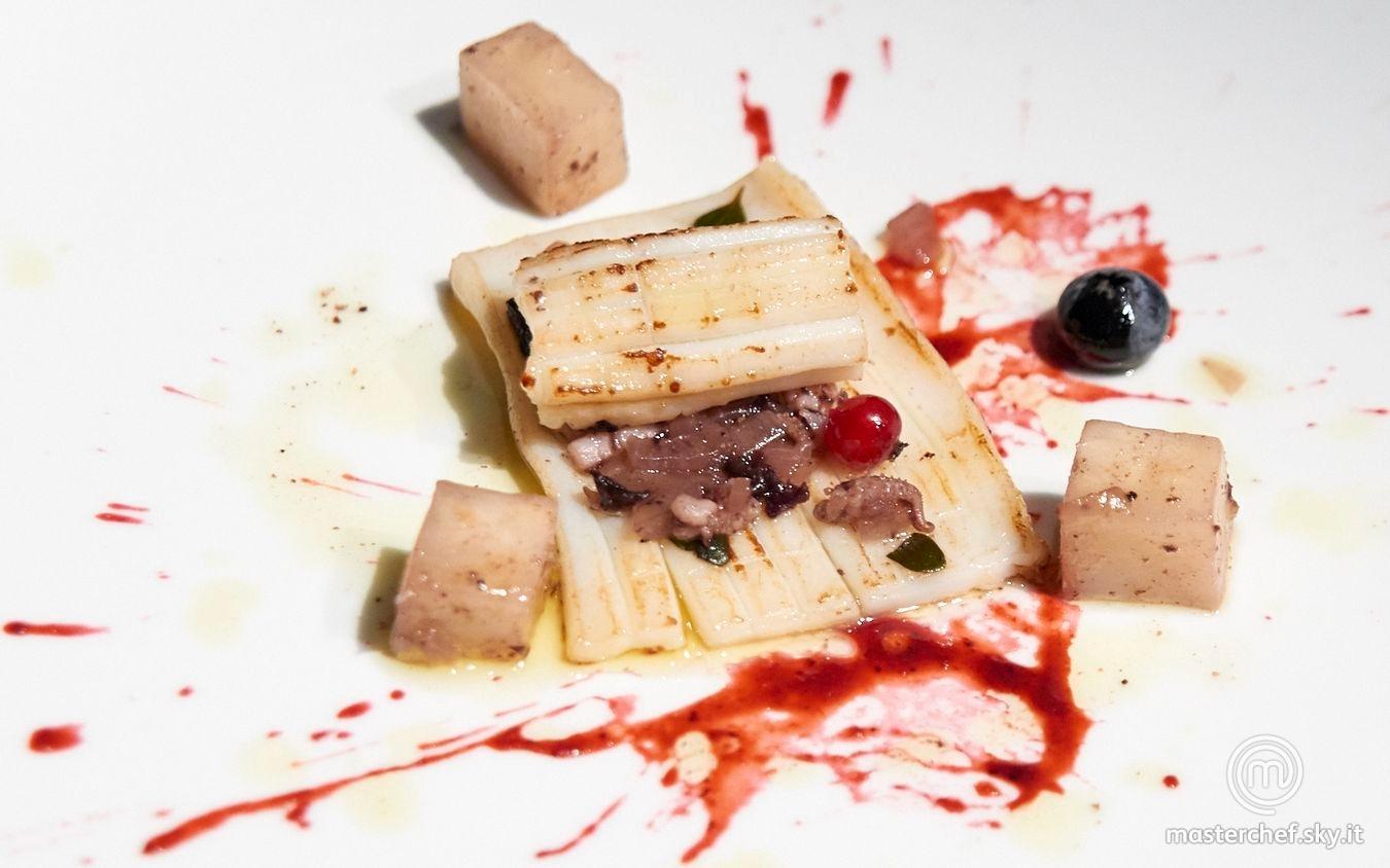 Calamaro scottato, sedano rapa, salsa ai frutti di bosco, olive taggiasche
