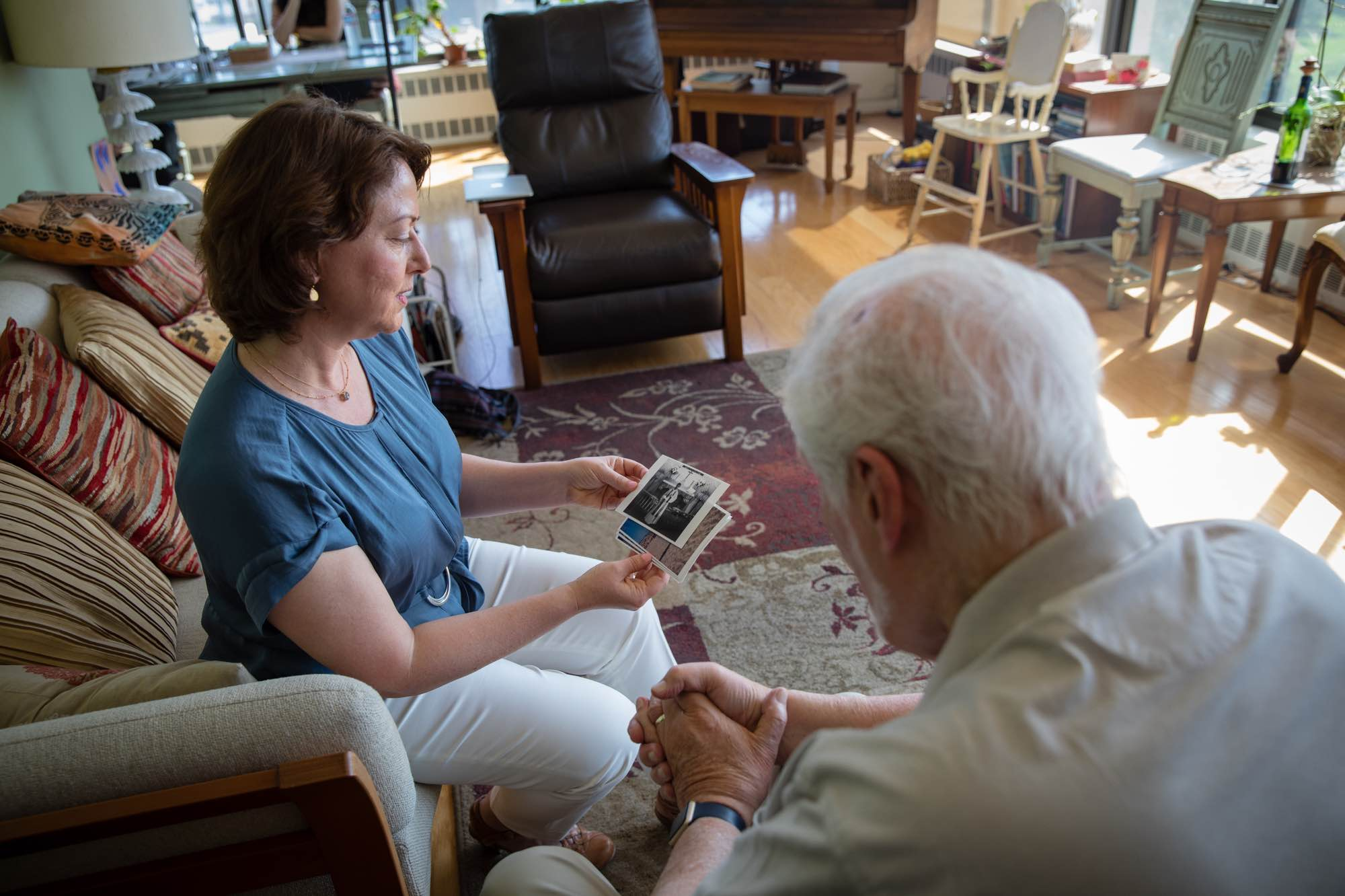 Honor Care Network partner looking at pictures with her client