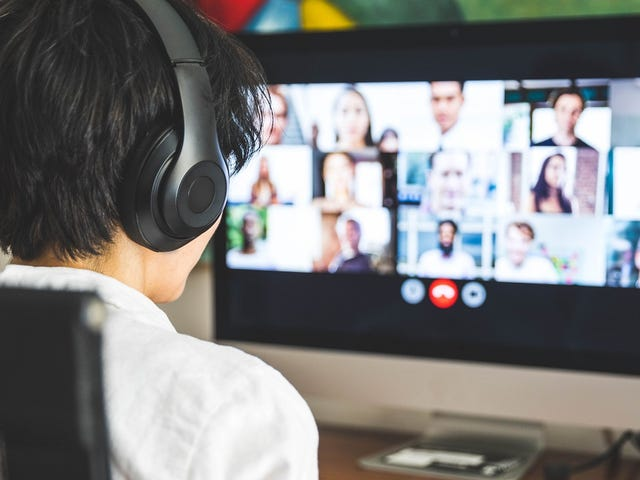 Adolescent rejoignant son cours de langue collectif en ligne