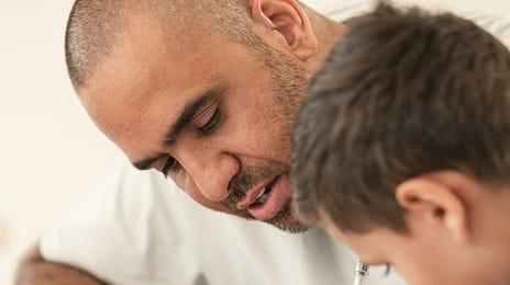 Un père et son fils révisant pour un cours de langue particulier