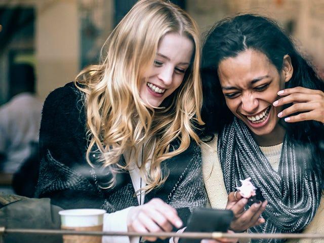 Deux jeunes femmes apprenant une nouvelle langue dans un café.jpeg