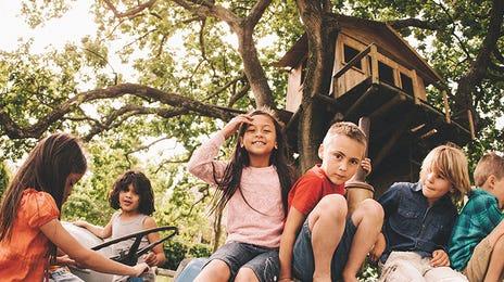 Groupe d'enfants sur un tracteur lors d'un camp d'été