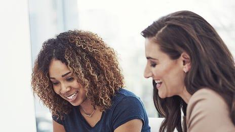 Deux jeunes femmes participant à un cours d'anglais en ligne