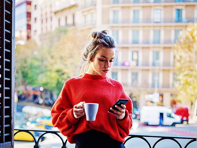 Jeune femme révisant ses cours de langue sur son téléphone.jpeg