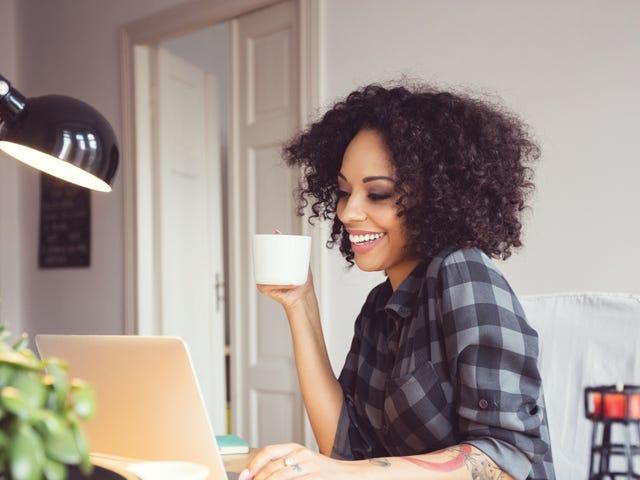 Jeune femme qui boit un café pendant son cours de langue en ligne.jpeg