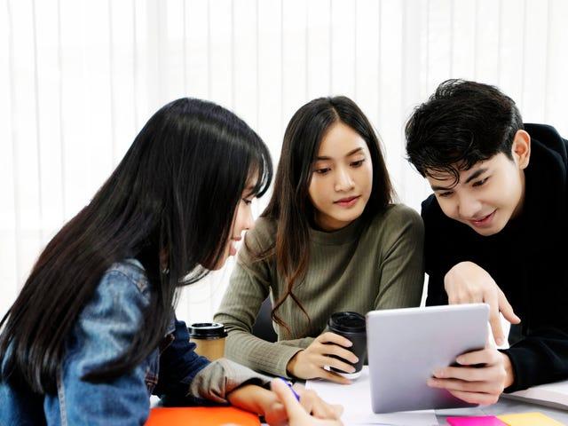 Groupe d'adolescents bénéficiant d'un cours de soutien en langue en ligne