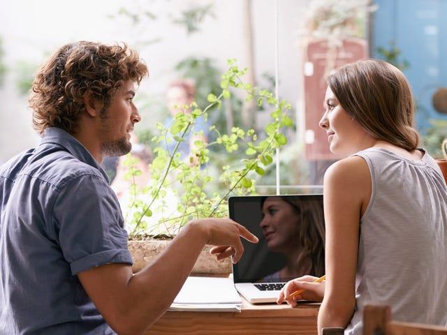 Instructeur délivrant un cours de langue privé à une jeune femme