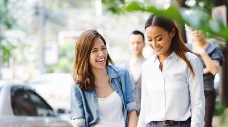 Deux jeunes filles à la sortie de leur cours d'anglais