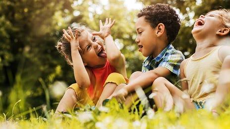 Trois enfants s'amusant dans le jardin