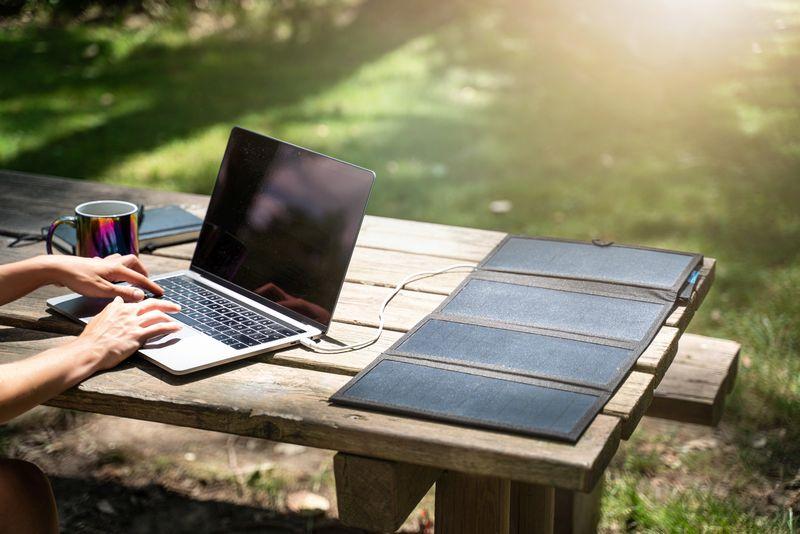 Mobile Solarpanel helfen bei längeren Ausflügen, Geräte wie Notebooks am Laufen zu halten.