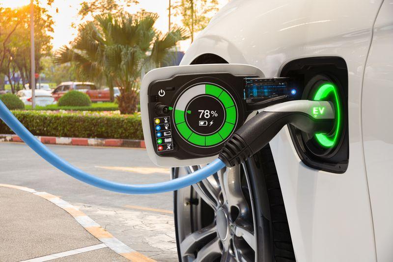 Autos mit integrierten Solarzellen laden nicht nur an der Schnellladestation.